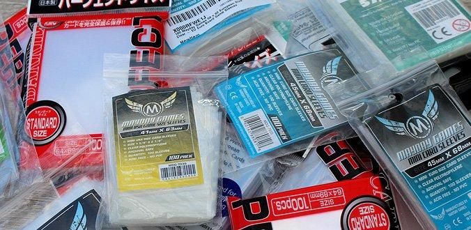 Es gibt viele verschiedene Karten-Hüllen Größen und Hersteller