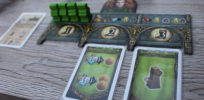 Crown of Emara - Das Spielertableau mit 2 ausgespielten Aktionskarten