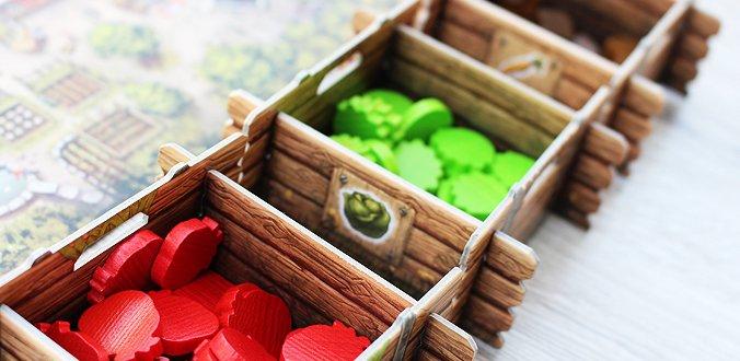 Die 5 Gemüsesorten liegen in Papp-Kisten